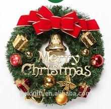 guirnalda de Navidad artificial con pequeños adornos de oro