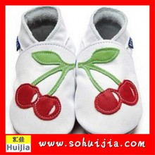 Alibaba hand knit made cherry sheepskin soft flat embroidered various design children with baby shoes