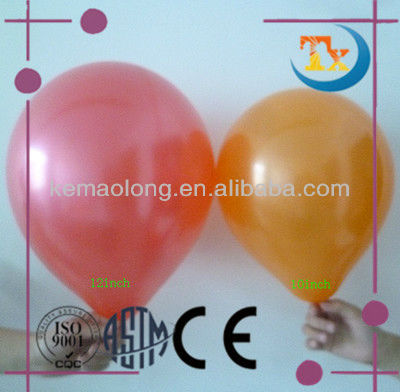 Decorações da festa de aniversário de balões da cor pérola