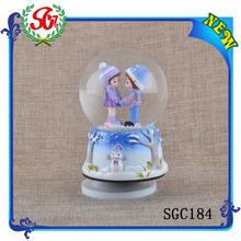 SGC184 Creative Fashionable Resin Snow Globe, Snow Globe Kit, Custom Snow Globe