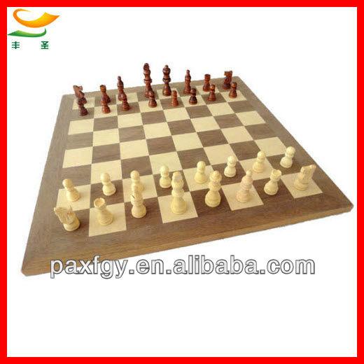 Médio- empresas artesanais de madeira tabuleiro de xadrez com peças de xadrez