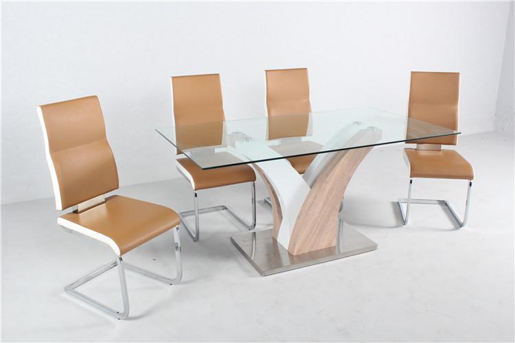 Muebles de comedor con la mesa de vidrio y sillas de colores for Mesas de cristal para comedor