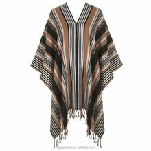 2015 dernières Design de mode frange garnitures vêtements de plage rayé tricot Poncho pour les femmes