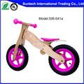 Los niños de madera de los niños en bicicleta