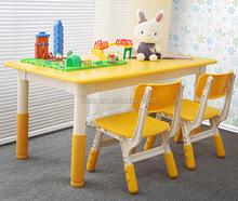 Niños vendedores calientes de estudio de dibujos animados mesa y silla