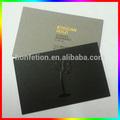 la tarjeta de negocios uv con el logotipo en relieve