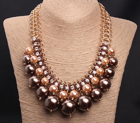 2540cb5739b5 Los collares grandes también son un gran toque para usar con un vestido  largo o corto