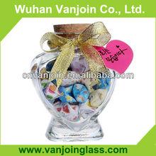 Botellas de vidrio pequeño de forma de corazón con corchos
