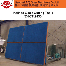Inclined glass cutting table for manual cutting