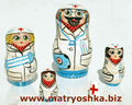 Médecin matriochka babouchka russe d'emboîtement empilement poupée en bois sculpté à la main de la main de bois peint médical