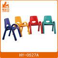 coloridos de plástico pequeno de cadeiras de empilhamento