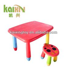 De dibujos animados de colores de mesa y silla para los niños