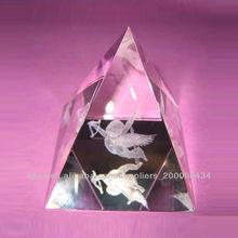 pirámide de cristal con el logotipo del laser 3d