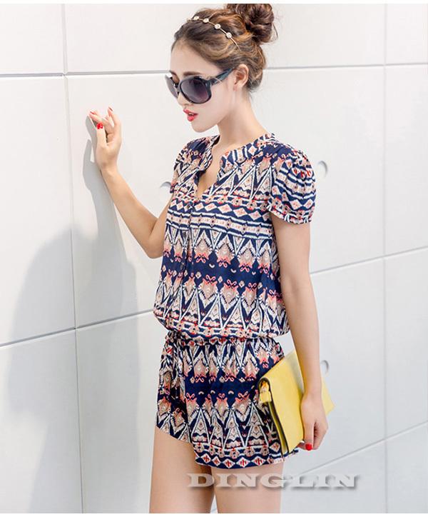 Модель комбинезона представляет собой шорты и тунику с коротким рукавом из многоцветного шифона с геометрическим рисунком.