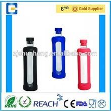 Breve agua potable deportes botella de vidrio con tapa de silicona y manga