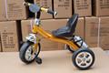 color dorado de triciclo bebé