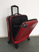 Cielo azul bolso del equipaje del viaje