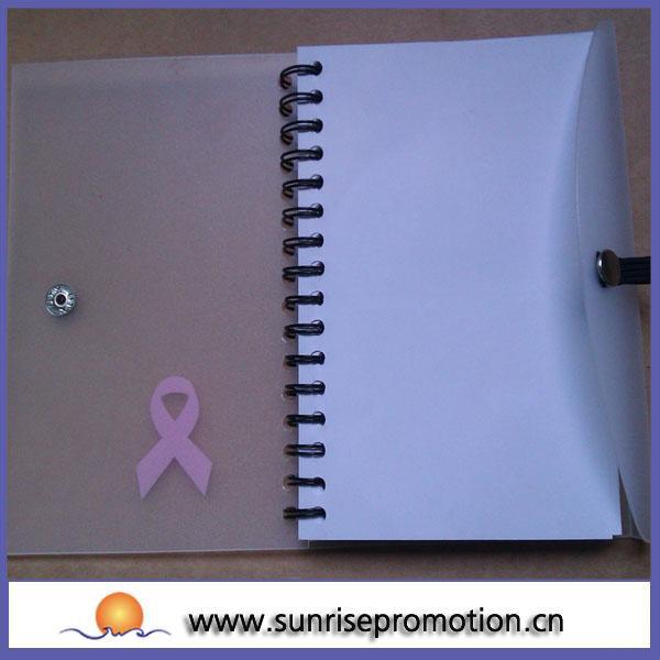 pp capa do caderno espiral com cartão de bolso e uma caneta
