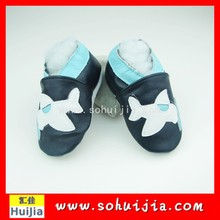 2015 Design funny hot sale black and white plane embroidered flat baby moccasins baby leather shoes