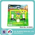 chico divertido plástico de la mano del juego de fútbol