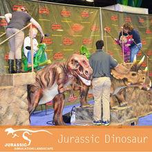 Animatronics móvil montando dinosaurios