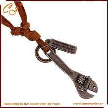 Venta directa de la fábrica hip hop collar suéter cadena una llave zurriago principal de la capa collar que restaura maneras antiguas collar de cuero