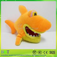 gigante peluche squalo con denti affilati
