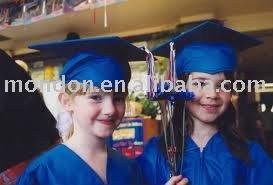 Preescolar de graduación vestido de niño vestido de la graduación y casquillo