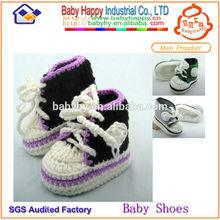 Bebé del zapato del ganchillo de las muchachas