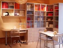 Blanco estante para libros de madera con mesa de estudio