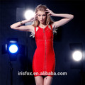 vestido rojo de corte de diseño con oro de cuentas
