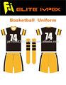 los niños de baloncesto uniforme